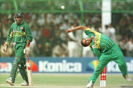 পল এডামস। লেখায় তার কথা নাই। তাও দিলাম, কেননা লেখক নিজেও পরে  চায়নাম্যান বোলিং করতেন। প্রাপ্তিসূত্র - http://news.bbc.co.uk/sport2/hi/cricket/9393914.stm
