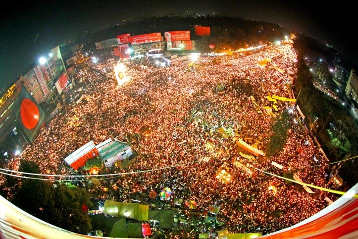 শাহবাগ আন্দোলনের একটি মূহুর্ত, ২০১৩ [ফটোগ্রাফার অভিজিৎ নন্দী কপিরাইট ত্যাগ করেছিলেন এই ছবিটার সেই সময়ে ফেসবুকে। প্রাপ্তিসূত্রঃ http://en.wikipedia.org/wiki/2013_Shahbag_protests#mediaviewer/File:Shahbag_Projonmo_Square_Uprising_Demanding_Death_Penalty_of_the_War_Criminals_of_1971_in_Bangladesh_32.jpg]